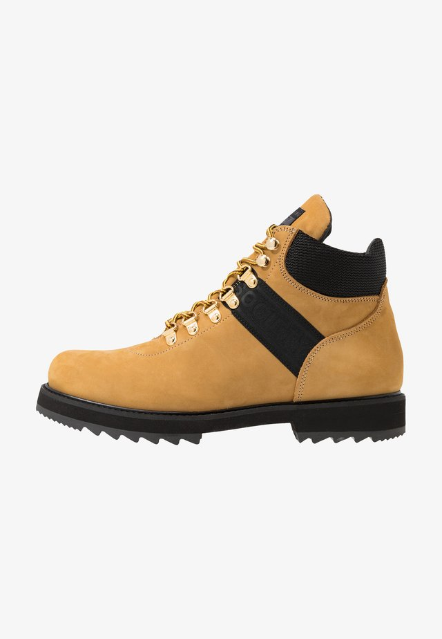 PEARY LOGO HIKER - Lace-up ankle boots - wheat