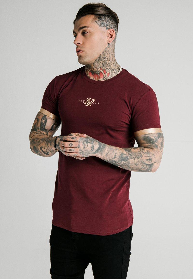 SIKSILK - INSET CUFF GYM TEE UNISEX - Print T-shirt - burgundy/gold