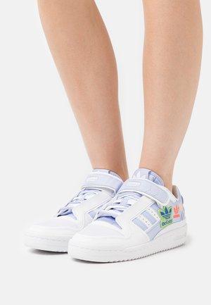 FORUM PLUS - Baskets basses - white