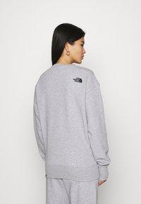 The North Face - OVERSIZED ESSENTIAL CREW - Sweatshirt - light grey heather - 2