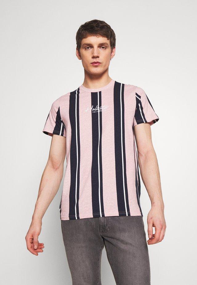 TECH LOGO STRIPES - Print T-shirt - pink