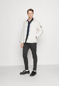 Tommy Hilfiger Tailored - SOLID SLIM SHIRT - Formal shirt - navy iris/white - 1