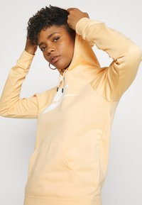 Nike Sportswear - HOODIE - Jersey con capucha - orange chalk/white - 3