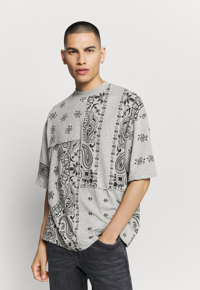CUT AND SEW PAISLEY TEE - T-shirt imprimé - grey