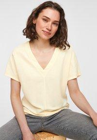 s.Oliver - Basic T-shirt - light yellow - 6