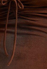 Bershka - GLÄNZENDES MIT GERAFFTEM AUSSCHNITT - Shift dress - brown - 5