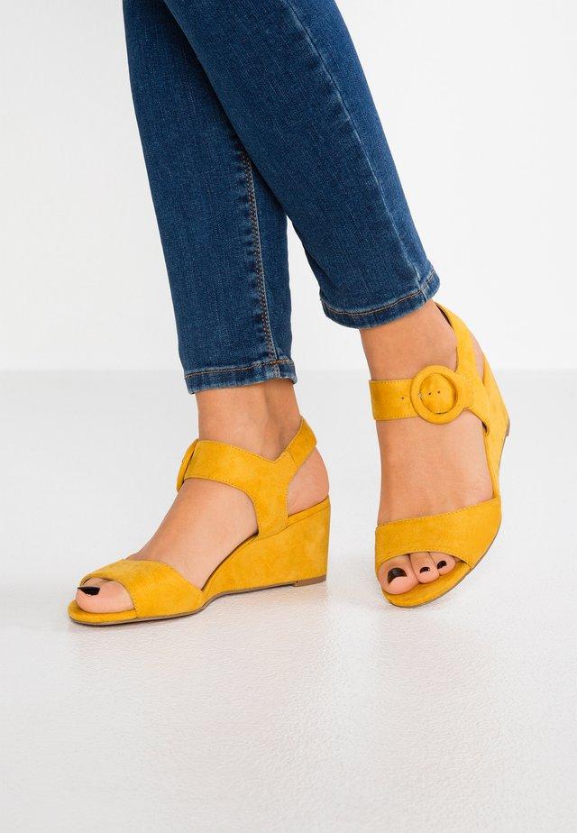 Sandaler m/ kilehæl - yellow