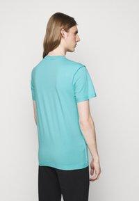 MOSCHINO - Print T-shirt - light blue - 2