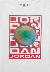 Jordan - FLASH STACK - Print T-shirt - white - 2