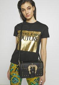 Versace Jeans Couture - BAROQUE BUCKLE STUD SHOULDER  - Borsa a tracolla - black - 1