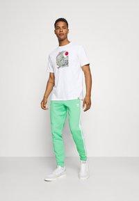 adidas Originals - 3 STRIPES PANT - Tracksuit bottoms - semi screaming green - 1