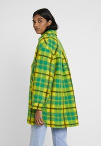 Mads Nørgaard - CHECKY CABBY - Classic coat - green/yellow - 2