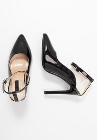Lost Ink - POINTED HIGH COURT WITH ANKLE STRAP - Escarpins à talons hauts - black - 3