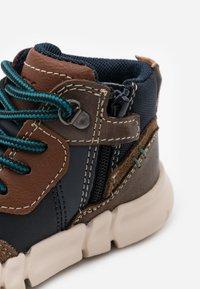 Geox - FLEXYPER BOY - Dětské boty - brown/navy - 5
