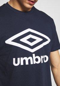 Umbro - LARGE LOGO TEE - Print T-shirt - dark navy - 4