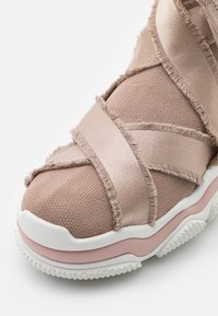 Red V - High-top trainers - nude/bianco - 6