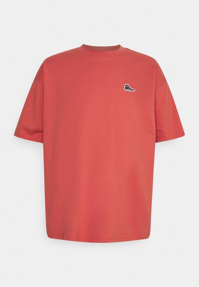 CHUCK TAYLOR PATCH SHORT SLEEVE TEE UNISEX - Print T-shirt - terracotta pink