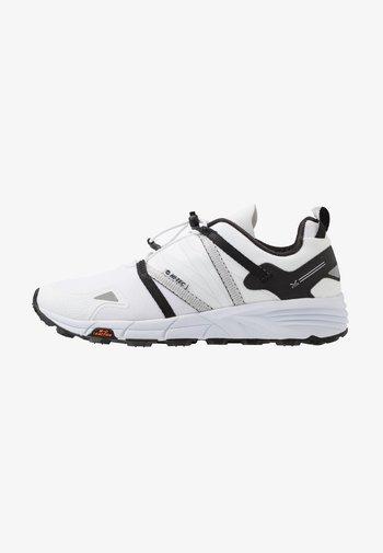 V-LITE TRAIL RACER LOW WOMENS - Trail running shoes - white/black