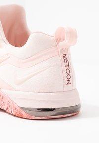 Nike Performance - METCON FLYKNIT 3 - Kuntoilukengät - echo pink/cedar/white/metallic dark grey - 5