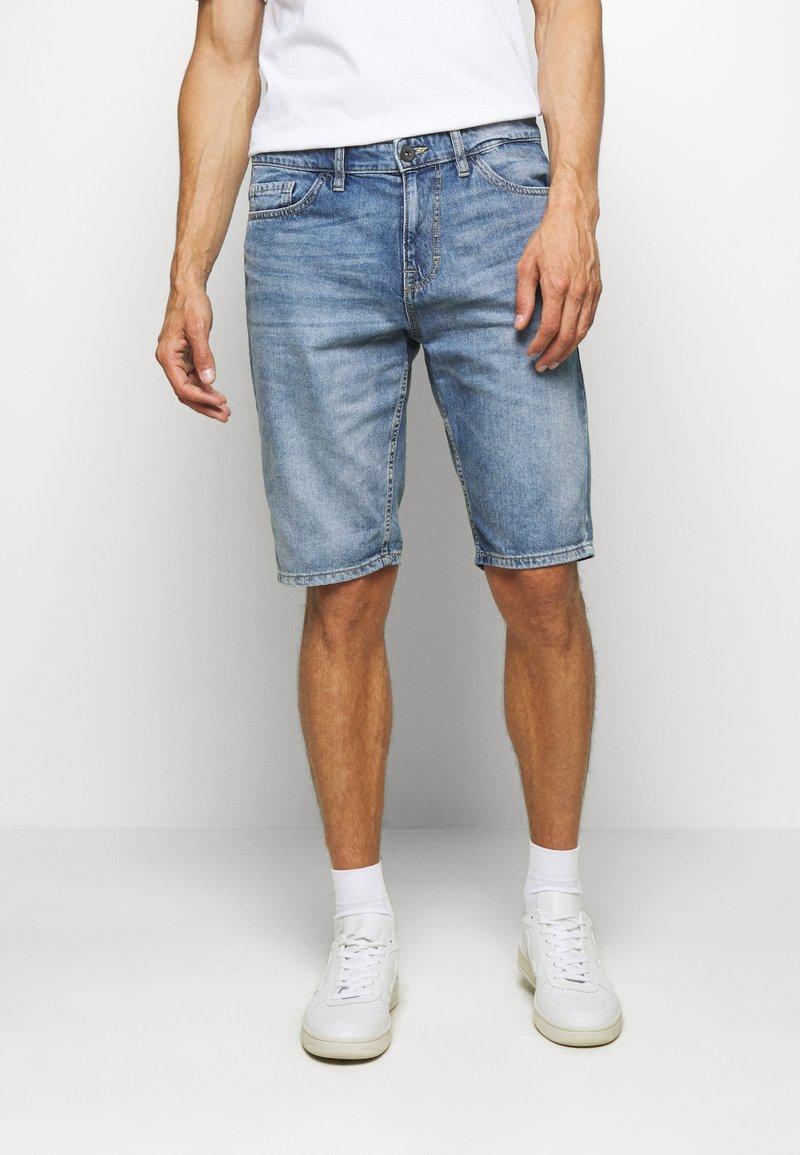 TOM TAILOR - JEANSHOSEN JOSH REGULAR SLIM JEANS-SHORTS IN VINTAGE-WASHUNG - Denim shorts - light stone wash denim        blue