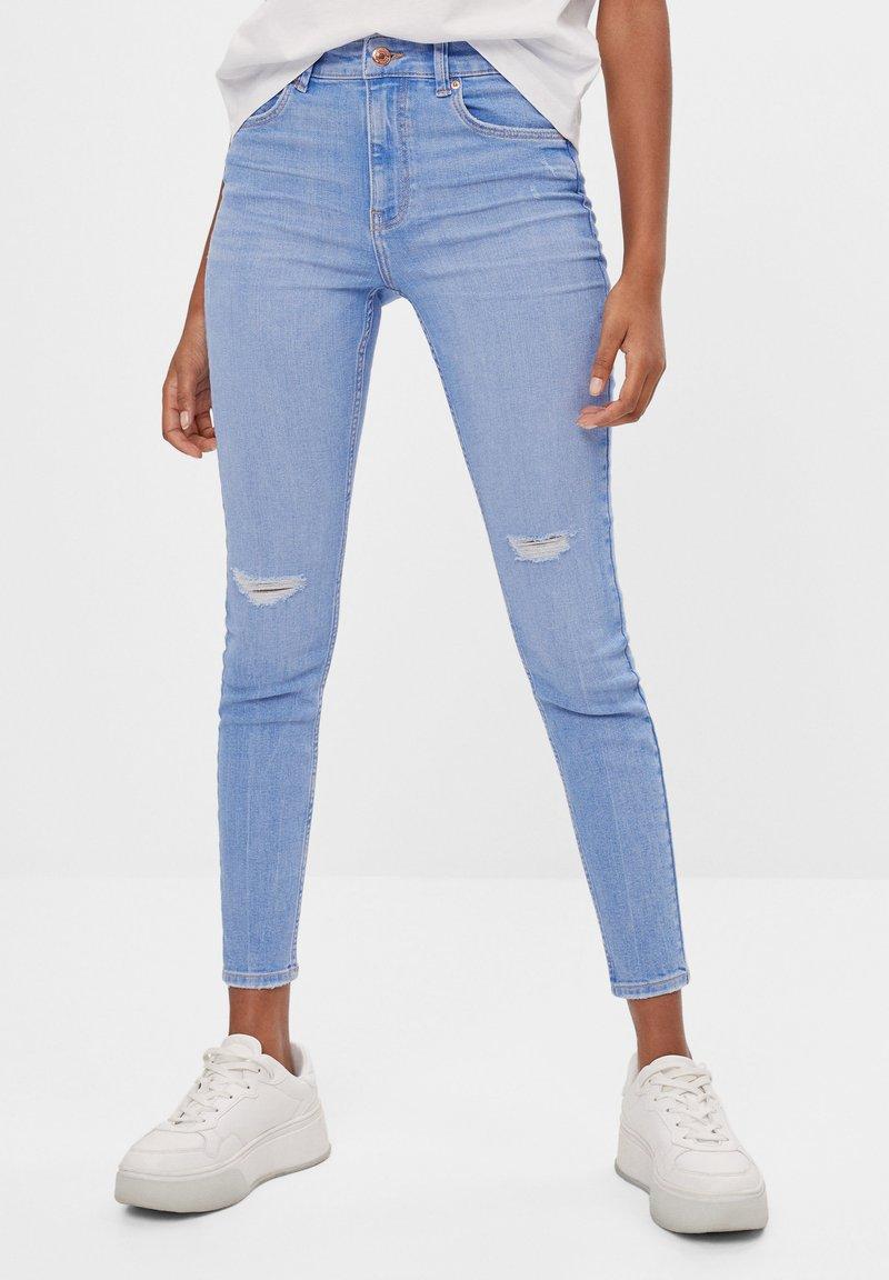 Bershka - MIT HOHEM BUND  - Skinny džíny - light blue