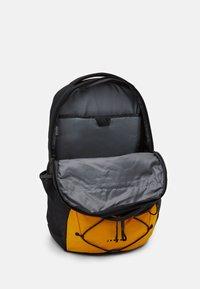 The North Face - JESTER UNISEX - Batoh - sumit gold/black - 3