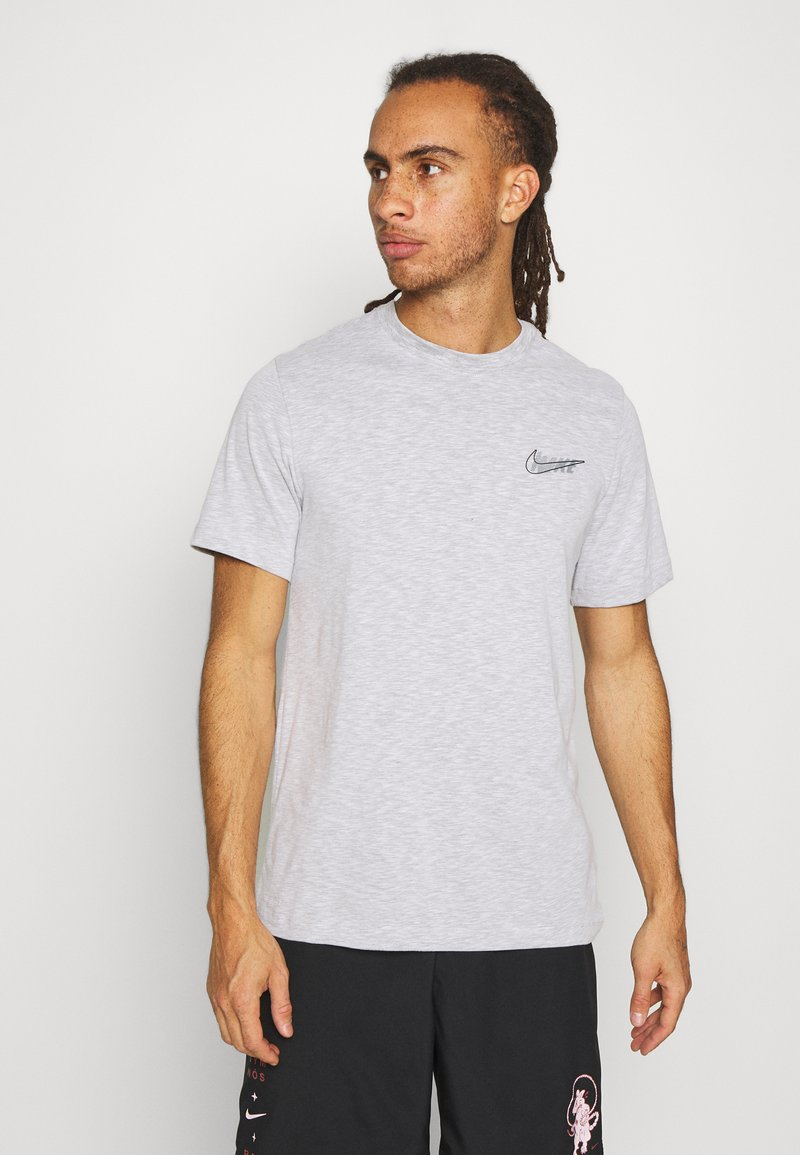 Nike Performance - DRY TEE - T-shirt con stampa - white/pewter grey