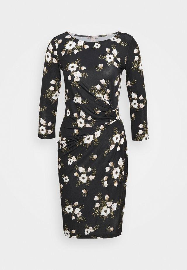 BODYCON QUARTER SLEEVES DRESS WITH BUCKLE - Sukienka letnia - black / pink