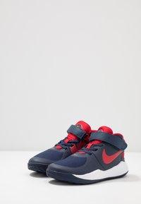 Nike Performance - TEAM HUSTLE D 9 FLYEASE UNISEX - Basketbalové boty - midnight navy/university red/white - 3