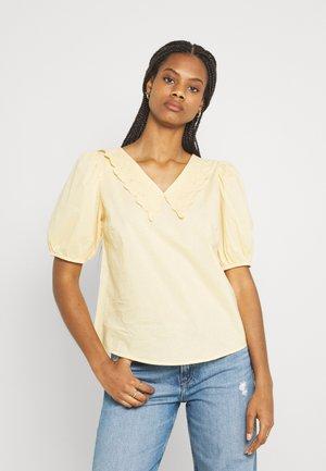 YASMELANA - T-shirt z nadrukiem - golden straw