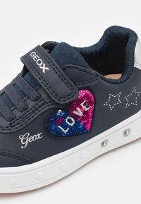 Geox - SKYLIN GIRL - Sneakers basse - navy - 5