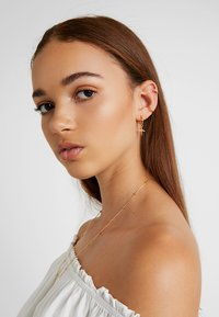 Astrid & Miyu - BASIC EAR CUFF - Kolczyki - gold-coloured - 1