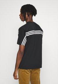 adidas Originals - SPORT COLLECTION SHORT SLEEVE TEE - Camiseta estampada - black/white - 2