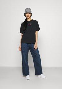 Nike Sportswear - Print T-shirt - black/hyper pink - 1