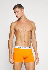 Jack & Jones - JACZAL TRUNKS 3  PACK - Bokserit - black/light blue/orange - 4