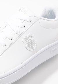 K-SWISS - COURT SHIELD - Sneakers laag - white/silver - 2