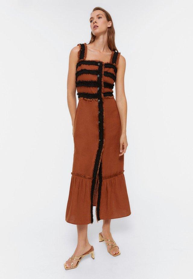 MIT AUSGEFALLENEM KNOPF - Korte jurk - brown