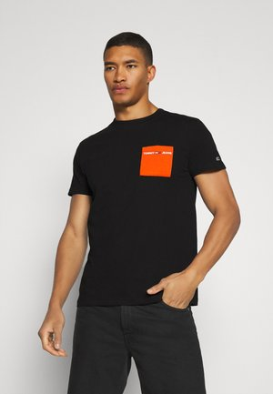 CONTRAST POCKET TEE - Print T-shirt - black / bonfire orange