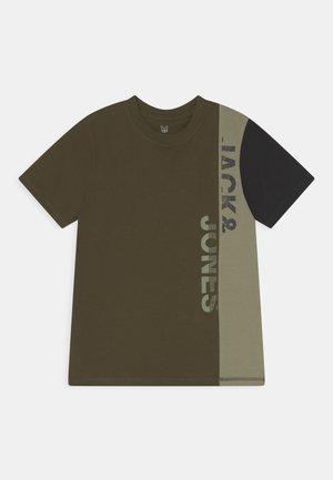 JCOBRANDT TEE CREW NECK JR - Print T-shirt - forest night