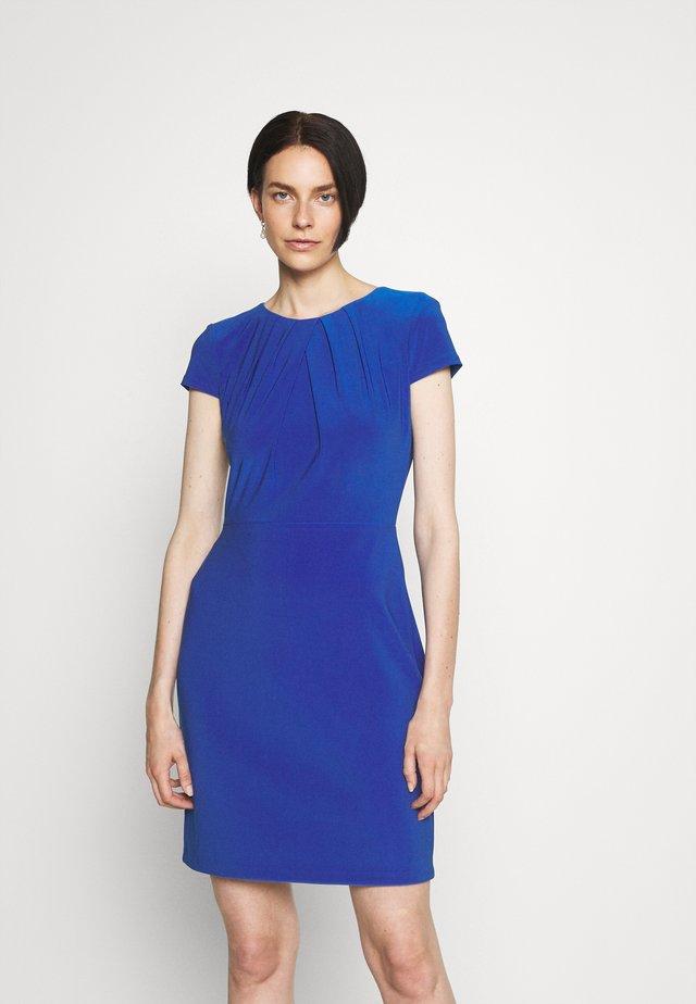 BRENDA SHORT SLEEVE DAY DRESS - Sukienka etui - deep bondi blue