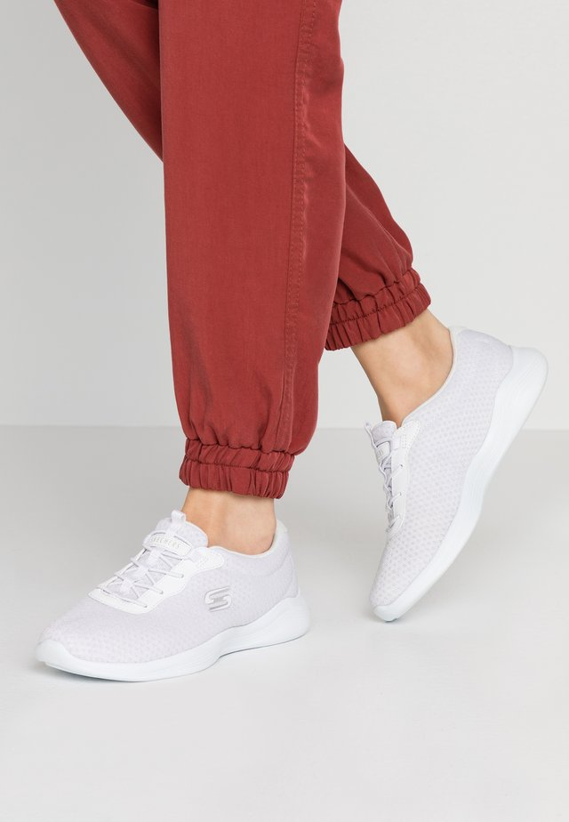 ENVY - Loaferit/pistokkaat - white/iridescent/silver
