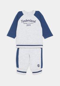 Timberland - BABY SET - Tracksuit bottoms - light gray china - 0