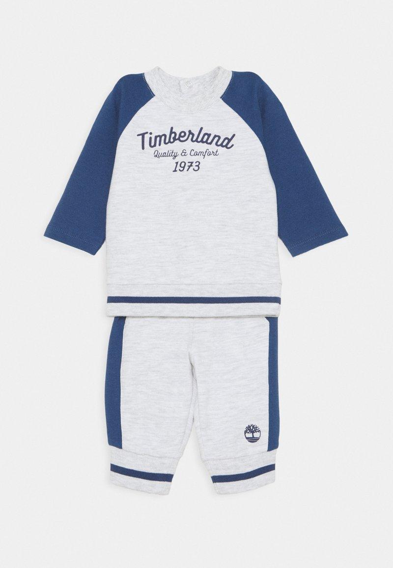 Timberland - BABY SET - Tracksuit bottoms - light gray china