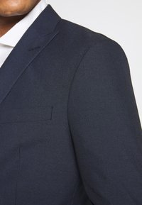 Isaac Dewhirst - RECYCLED NAVY TEXTURE - Oblek - dark blue - 12