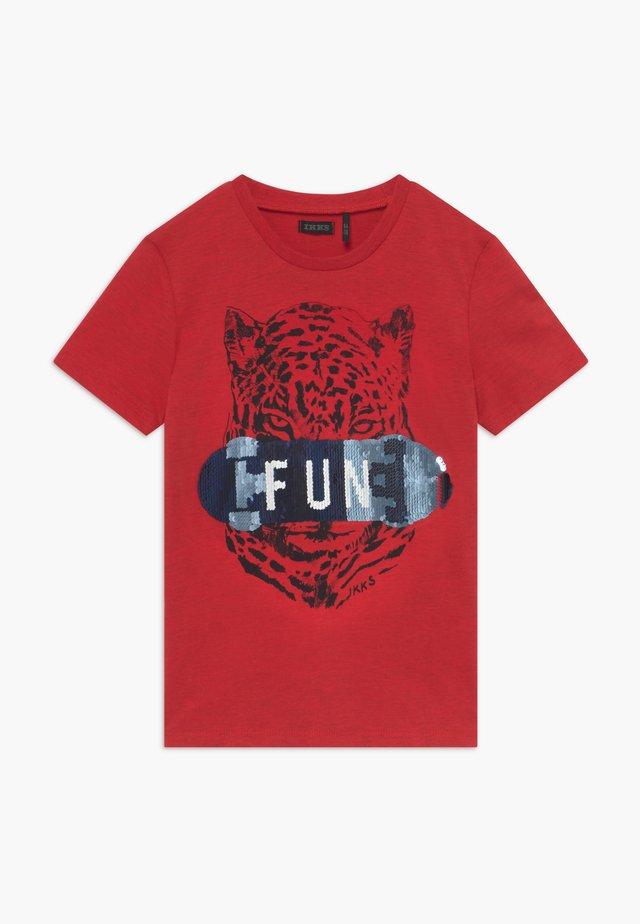 TEE - T-shirt print - rouge moyen