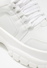 Missguided - CHUNKY LACE UP TRAINER - Matalavartiset tennarit - white - 2