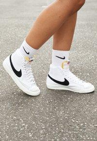 Nike Sportswear - BLAZER MID '77 - Sneakersy wysokie - white/black/sail blanc - 5