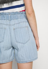 Noisy May - NMLYRA ELASTIC - Denim shorts - light blue denim - 3