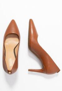 MICHAEL Michael Kors - DOROTHY FLEX - Classic heels - luggage - 3