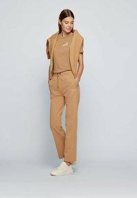 BOSS - Print T-shirt - light brown - 1